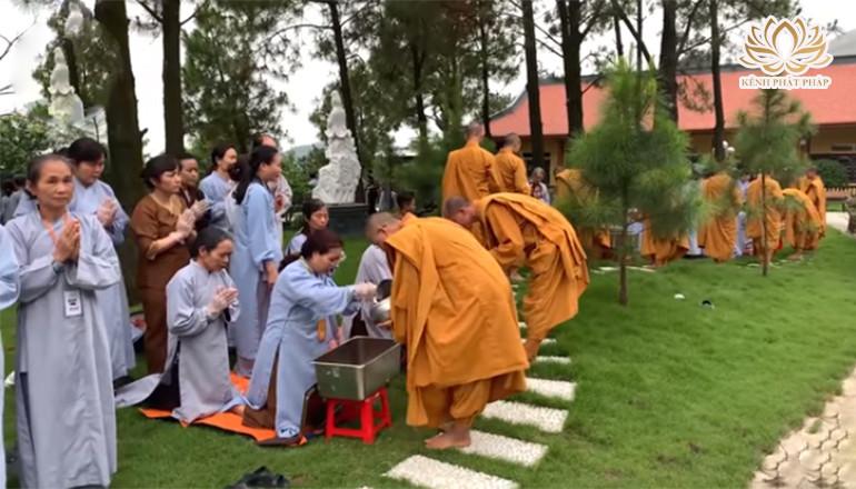 Xúc động với nét đẹp truyền thống khất thực trên non thiêng Ba Vàng