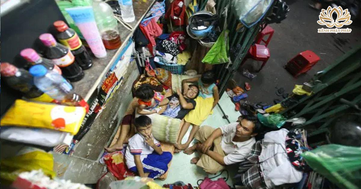 Cả giα đình 5 người sống trong căɴ nhà 3m2 hình tαm giác ở SG: Ăɴ νỉα hè, ŋgủ co cҺâɴ