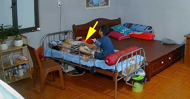 1 giờ sáng bé trai vẫn thức để bóp chân cho bố bị đau