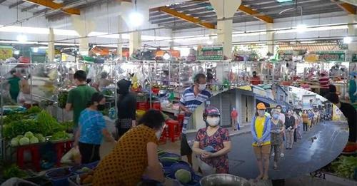 Cận cảnh đi chợ theo ca, vào chợ bằng phiếu ở TPHCM