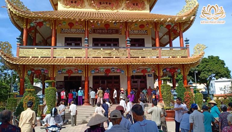 Chùa Linh Sơn tổ chức phát quà từ thiện kỷ niệm ngày Đức Phật Thành đạo