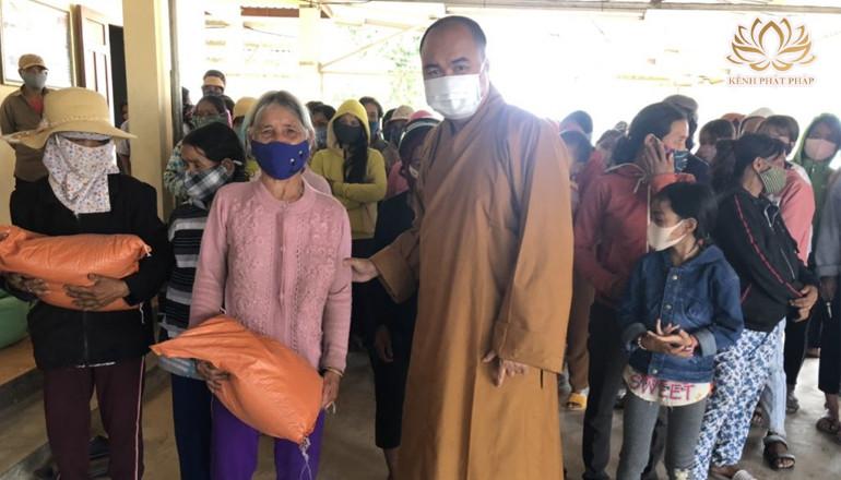 Kon Tum: Chùa Khánh Sơn trao nhiều phần quà hỗ trợ phòng chống dịch Covid-19