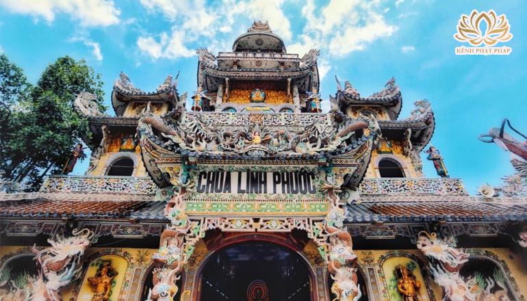 Chùa Linh Phước có kiến trúc độc đáo được kết thành từ hàng triệu mảnh vẻ chai