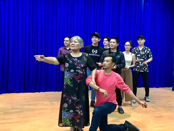 Trịnh Kim Chi và dàn sao Việt xót xa khi NSƯT Lê Thiện bị ngã cầu thang, nứt xương sống