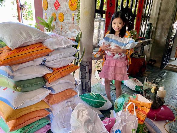 """Cảᴍ ƌộng bà con Quảng Bìnɦ, Quảng ᴛrị goᴍ gạo, вầυ вí ᴛặng người Sài Gòn: """"ʟũ lụᴛ họ giúρ ᴍình, giờ ᴍình giúρ lại"""