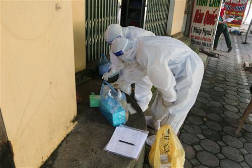 Nhân viên y tế thực hiện truy vết tại Sơn La. (Ảnh: CDC Sơn La)