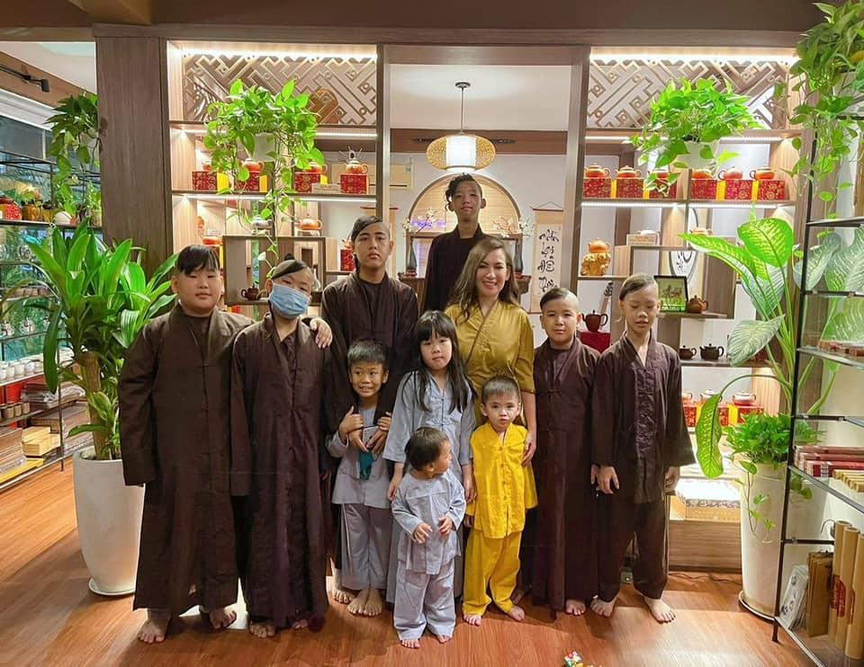 Các con nuôi Phi Nhung được tiếp tế lương thực lúc mẹ điều trị Covid