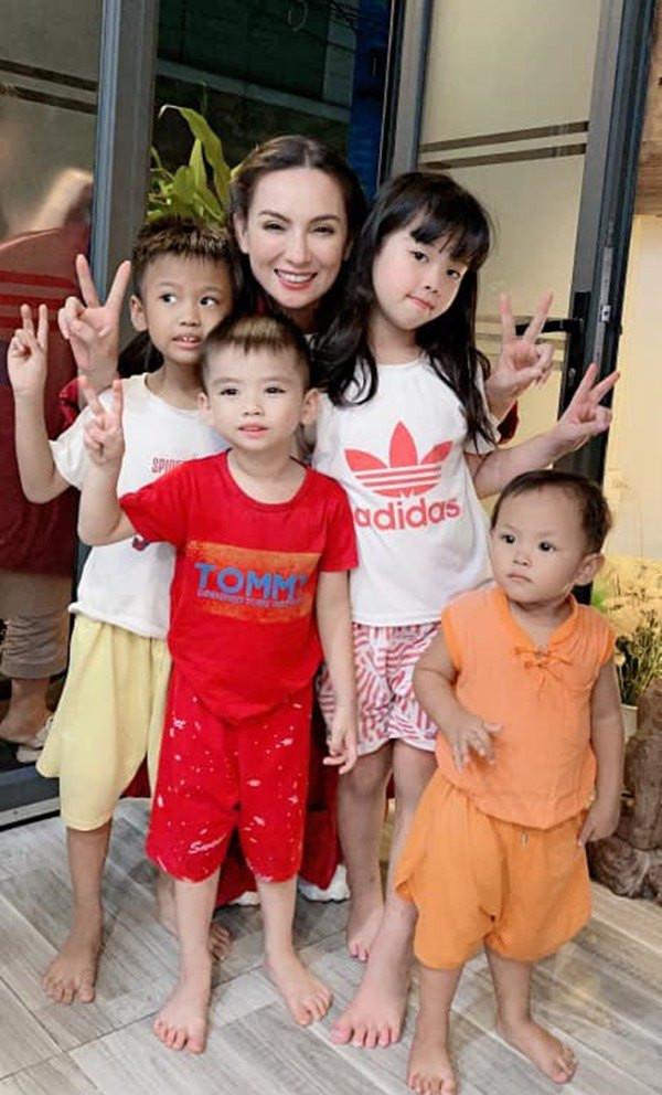 Nuôi 23 đứa trẻ, Phi Nhung đi làm đến nửa đêm mới về vẫn được các con thức đợi cửa