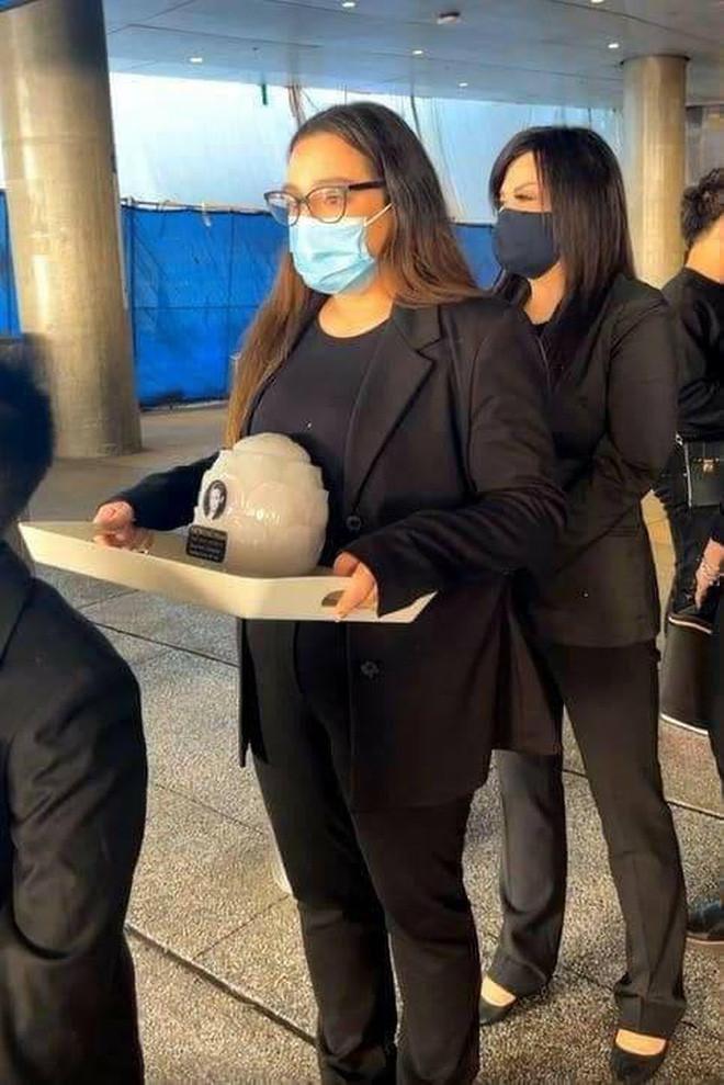 Việt Hương kể lại 30 tiếng đưa ca sĩ Phi Nhung về Mỹ, hình ảnh nâng niu tro cốt cố đồng nghiệp gây xúc động mạnh - Hình 8