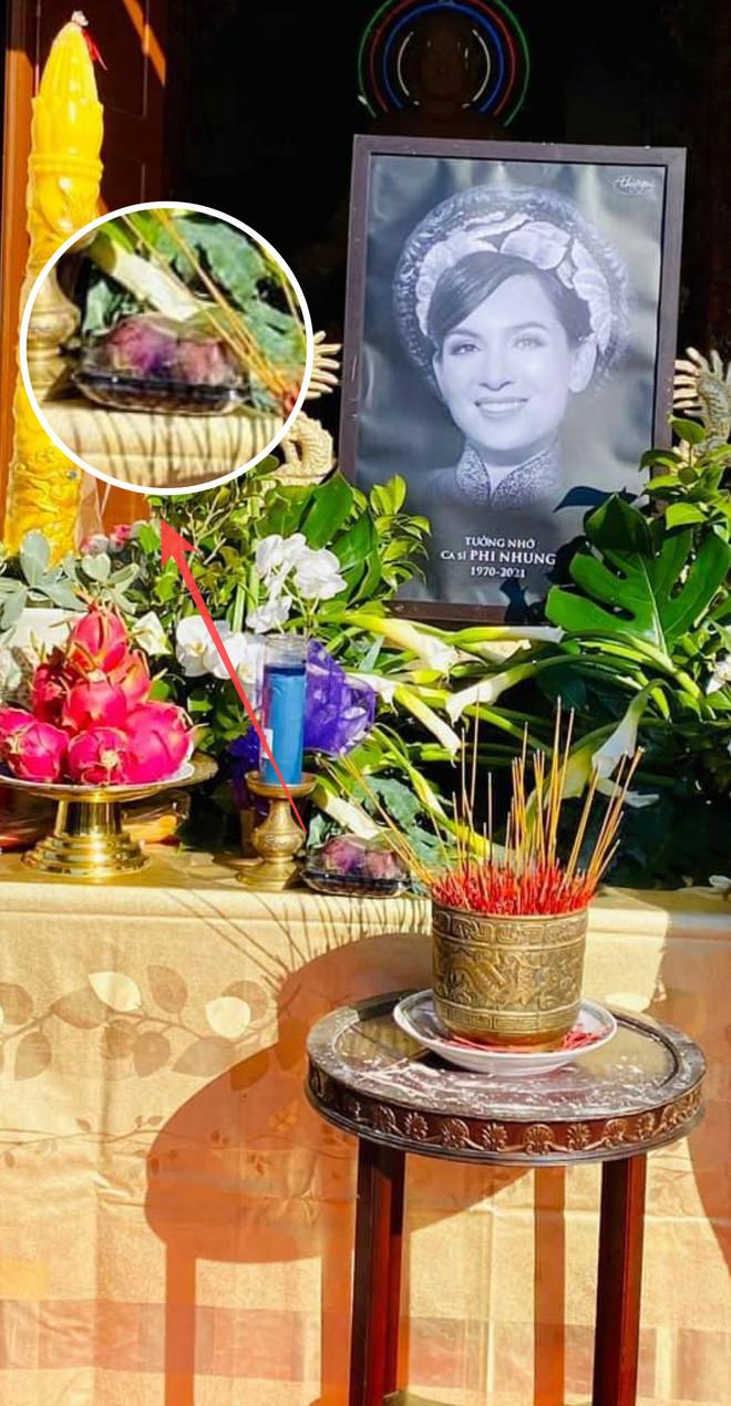 Trên bàn thờ cố ca sĩ Phi Nhung tại tang lễ Mỹ có đặt 1 món từng khiến NS Việt Hương khóc nghẹn khi nhắc đến! - Hình 1
