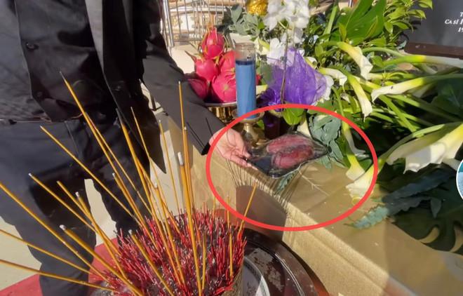 Trên bàn thờ cố ca sĩ Phi Nhung tại tang lễ Mỹ có đặt 1 món từng khiến NS Việt Hương khóc nghẹn khi nhắc đến! - Hình 2