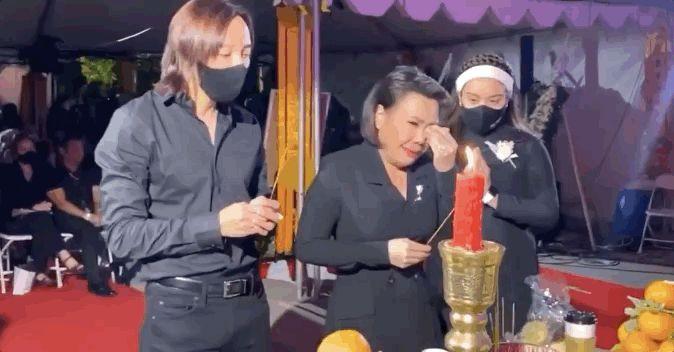 Trên bàn thờ cố ca sĩ Phi Nhung tại tang lễ Mỹ có đặt 1 món từng khiến NS Việt Hương khóc nghẹn khi nhắc đến! - Hình 4