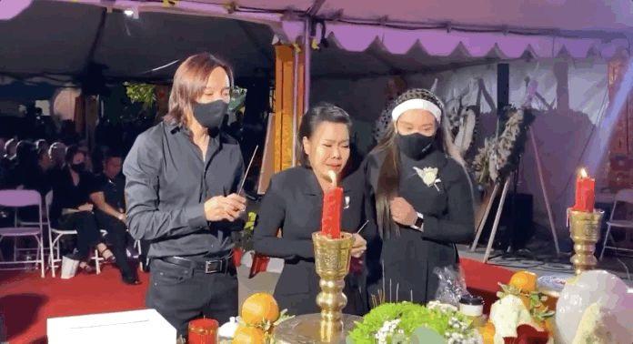 Trên bàn thờ cố ca sĩ Phi Nhung tại tang lễ Mỹ có đặt 1 món từng khiến NS Việt Hương khóc nghẹn khi nhắc đến! - Hình 5