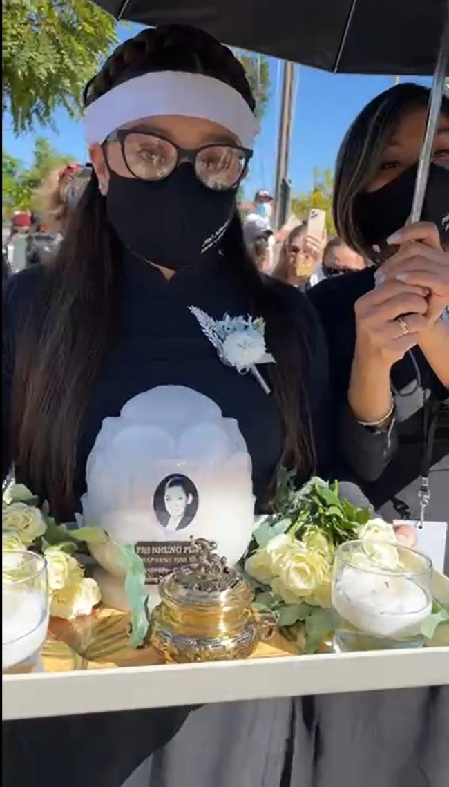 Con gái ruột Phi Nhung nói lời cảm tạ, rất xúc động vì 1 điều sau tang lễ của mẹ - Hình 2
